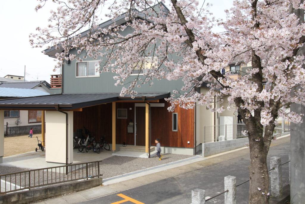 桜の似合う子育て家族の家