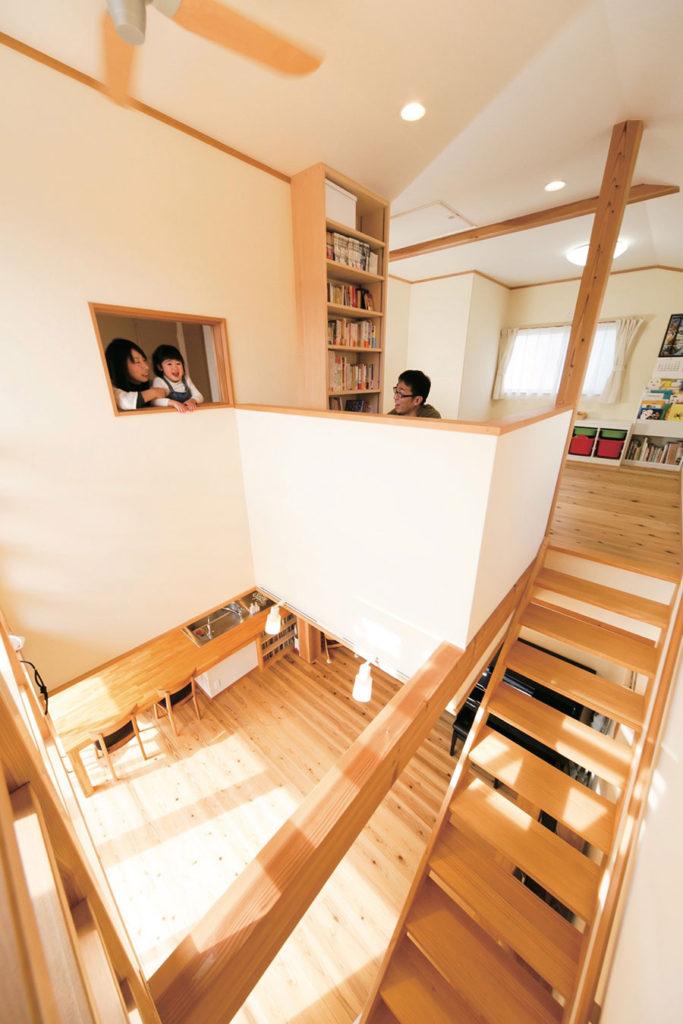 光を取り込むコンパクトな家