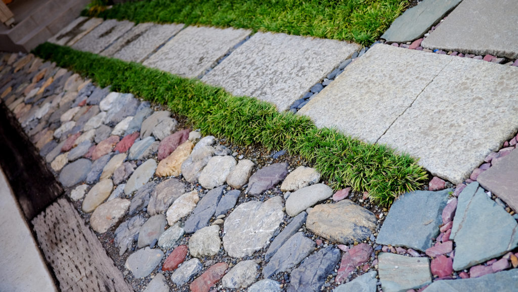 お庭の敷石も一工夫。