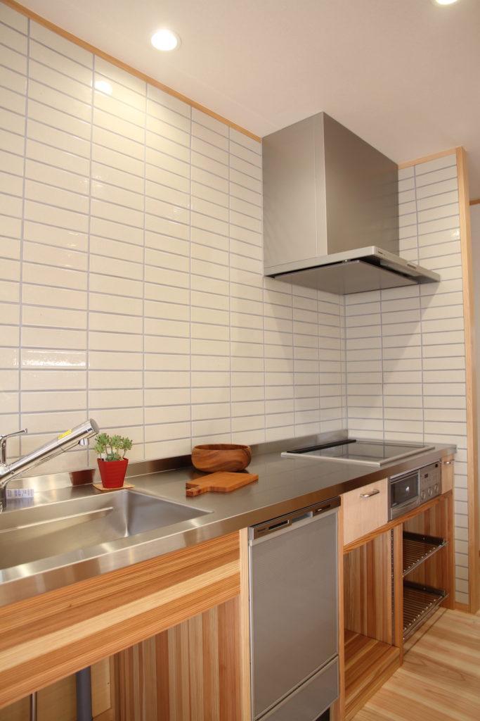 タイルと造作キッチン。