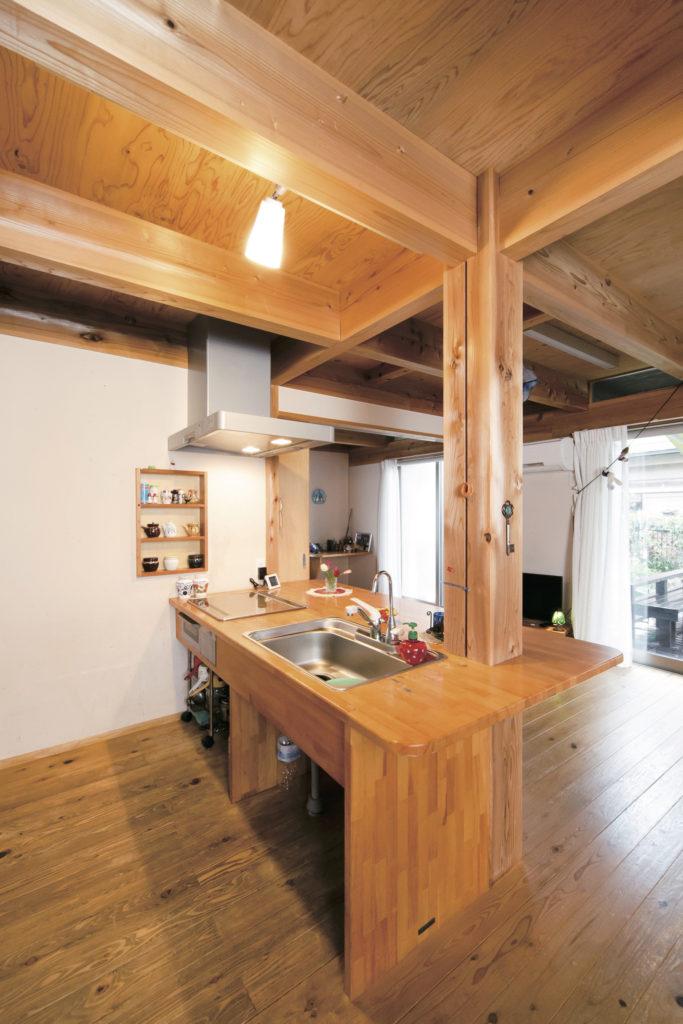 対面式の木のキッチン。